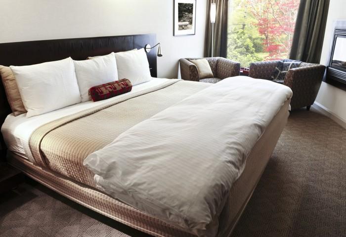 photodune-199978-bedroom-with-comfortable-bed-m2-700x480 (1)